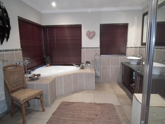 Property For Sale in Fourways, Johannesburg 12